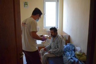 """Nehéz a """"bezárt"""" hajléktalanokkal, de járványhelyzetben is helytálltak az erdélyi menedékhelyek"""