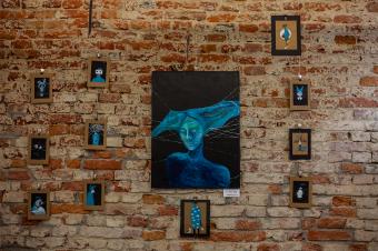 """""""A valódi művészet tükör"""" – Szemák Zsuzsa szatmári kiállításáról, az általa gyakorolt festészetterápiáról"""