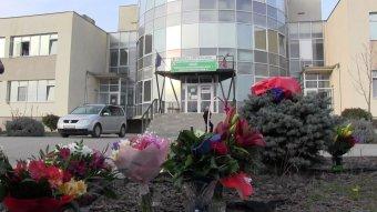Virágot vittek az aradiak a koronavírusos betegeket ellátó kórház elé, és megtapsolták az egészségügyben dolgozókat
