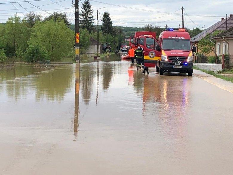 Házakat árasztott el a víz, embereket kellett kimenekíteni Szatmár megyében