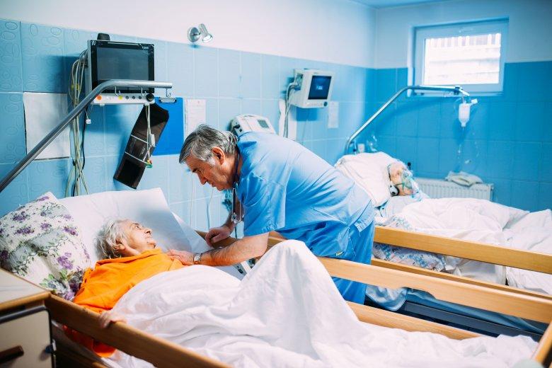 Összeesésig önfeláldozó orvosmunka az idősekért – Szentágotai Lóránt nem mindennapos tettéről