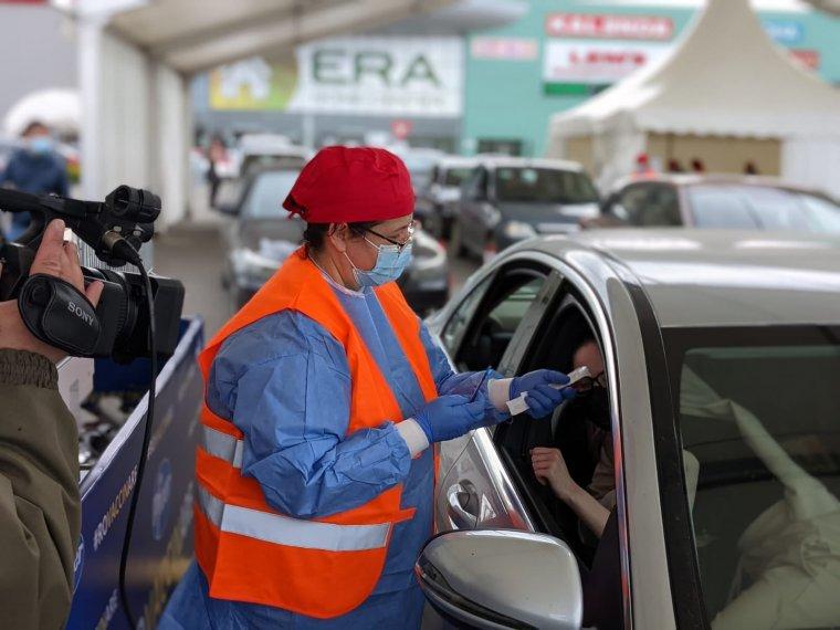 Nagy az érdeklődés a váradi autós oltópont iránt is, csak a platform leállása okozott fennakadást (FOTÓK)