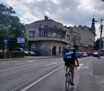 Önkéntesség két keréken: hátrányos helyzetűeknek szállítanak ételt Kolozsváron a biciklis futárok