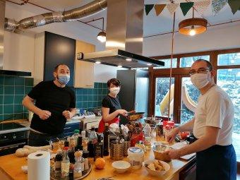 Örömfőzés és konyhaismeret: kíváncsi és ételszerető embereket szólítanak meg a kolozsvári főzőműhelyek