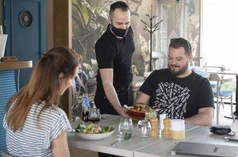 Cîțu a lazításokról: kapacitásuk 100 százalékában fogadhatnak beoltottakat az éttermek, hotelek, de a maszk még marad kültéren