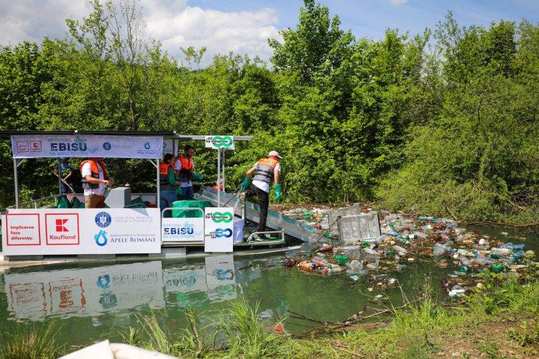 Teljesen környezetkímélő hulladékbegyűjtő hajót bocsátottak vízre Brassó megyében (VIDEÓ)