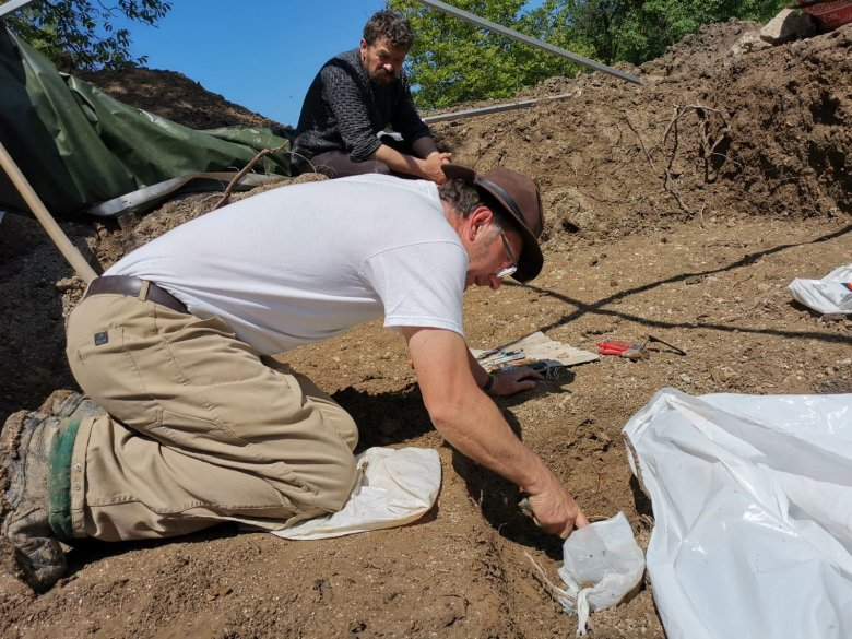 Folyik a feltárás Szilágyperecsenben: még bizonyítani kell, hogy valóban Báthory-sírra bukkantak a régészek