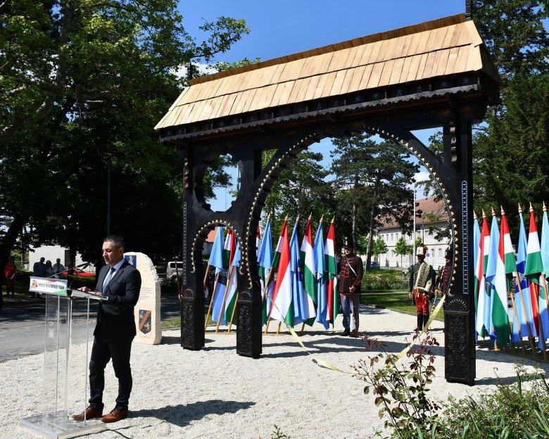 """Zalaegerszegi """"székelykapu-nyitás"""" Erdély felé: jelképállítás és őrtűzgyújtás a nemzeti összetartozás napja alkalmából"""