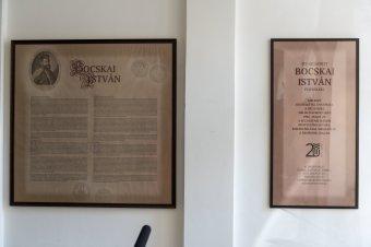 A titokzatos Bocskai-táblának emléket állító tablót helyeztek el a kolozsvári Sapientián