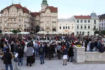 Százak tiltakoztak Váradon a magyar–román kultúrösszevonások ellen, több tucatnyi intézmény szolidarizált