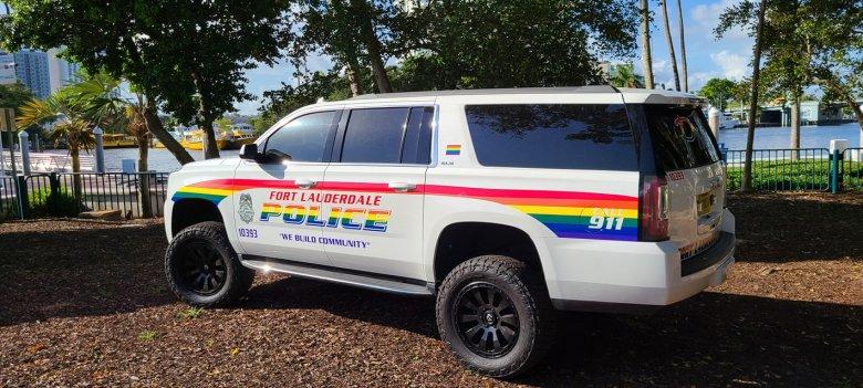 Egy ember meghalt, amikor a tömegbe hajtott egy autós a floridai melegfelvonuláson