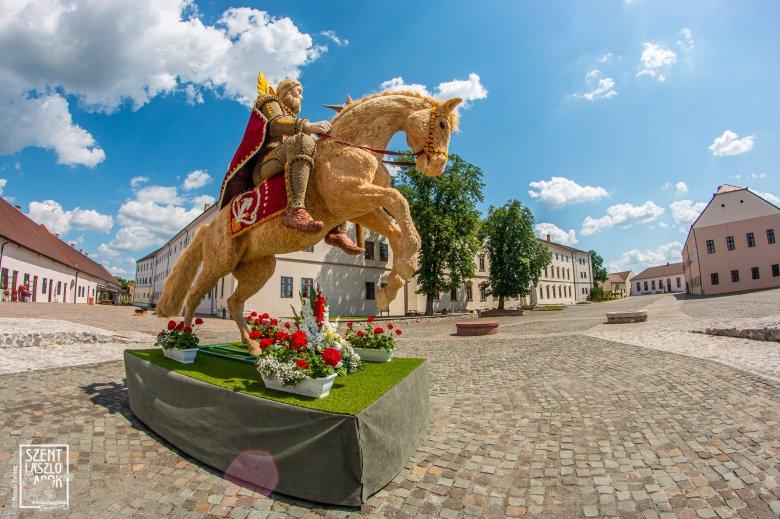 A keresztény értékeket hirdeti a Nagyváradon kiállított, Szent Lászlót ábrázoló virágszobor