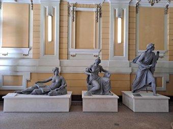 Az egyetemi karokat jelképező allegorikus szobrokat állítottak ki a kolozsvári BBTE főépületének előcsarnokában