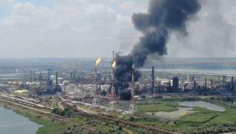 Vezetéken keletkezett repedés okozhatta a robbanást a kőolaj-finomítóban, a lakosság nem volt veszélyben