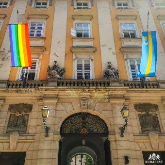 Kitűzték a szivárványos zászlót a budapesti Városházára
