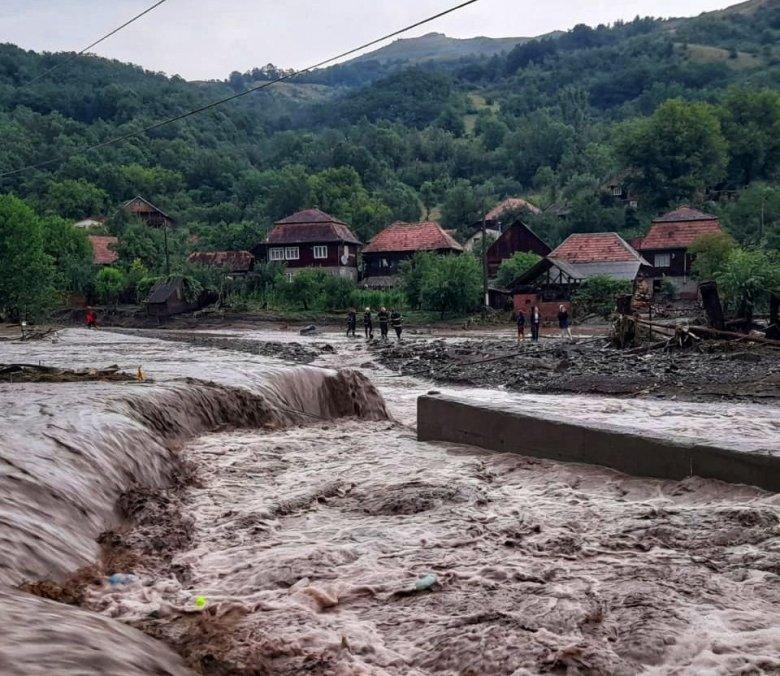 Több mint 70 házat öntött el a víz, emberek százait kellett kitelepíteni az áradások miatt Fehér megyében