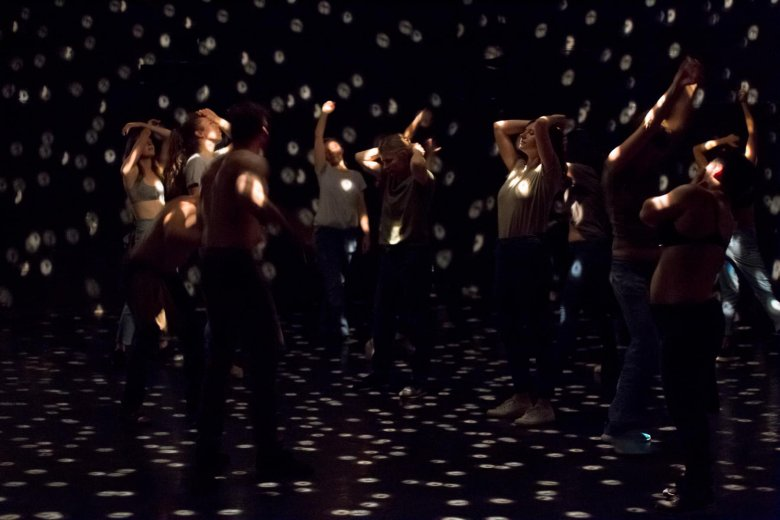 Táncoló test és lélek: közösségi élményt nyújtani nemtől, kortól, mozgáskészségtől függetlenül