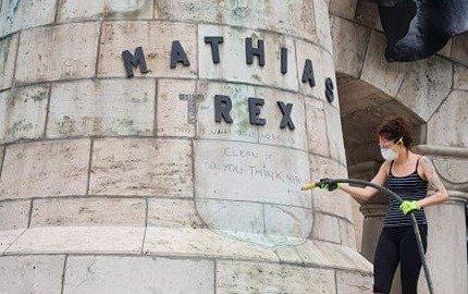 Szatmárnémeti férfi firkálta össze a Mátyás-szoborcsoport talapzatát, bűnvádi eljárás indult ellene