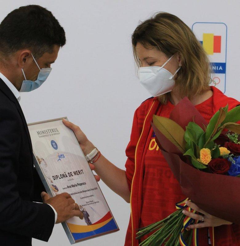 Szent a béke: bocsánatot kért egymástól Novák Eduárd sportminiszter és Ana Maria Popescu vívó