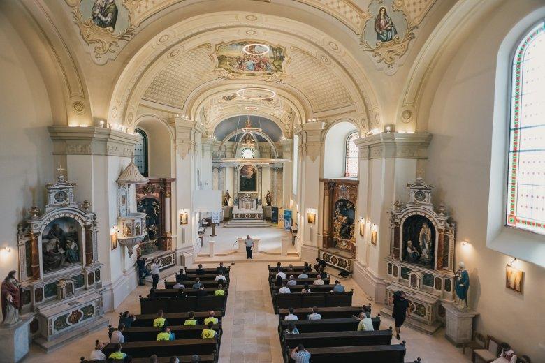 Mertek nagyot álmodni: megújult a szamosújvári műemlék ferences templom és kolostor