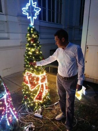 Az aradi polgármester húszméteres műfenyővel készül a karácsonyra a kánikulariasztás kellős közepén