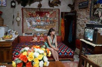 A kommunista Romániát idéző giccskiállítás nyílt a kolozsvári TIFF-ház pincéjében