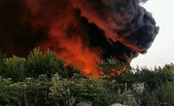 Erős tűz ütött ki Nagyszalontán egy újrahasznosítható műanyagokat tároló raktárban