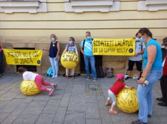 Az iskolaudvarok megnyitását követelte a Declic Kolozsváron, Boc segítségét kérték (VIDEÓ)