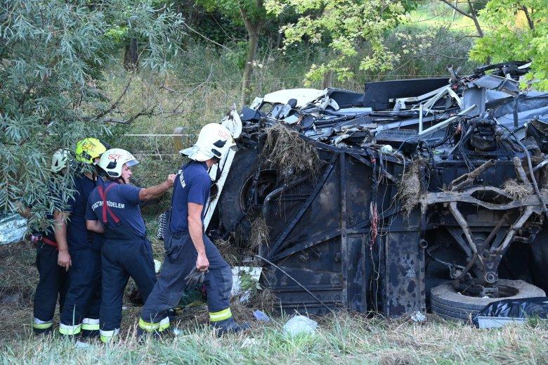 Nyolcan meghaltak a Magyarországon árokba borult buszban