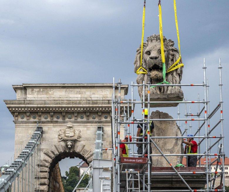 Leemelték az első oroszlánszobrot a Lánchídról, folytatódik a felújítás
