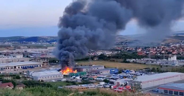 Tűz ütött ki, majd robbanás történt egy kolozsvári csarnoképületben