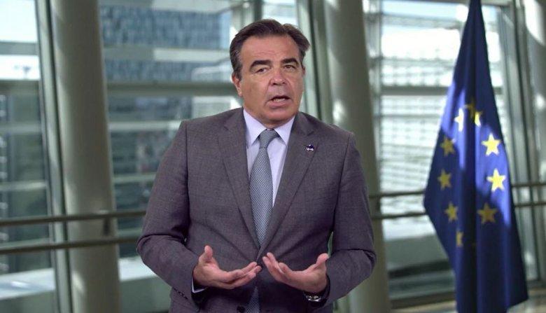 Uniós biztos: minél előbb át kell alakítani az EU menekültügyi rendszerét