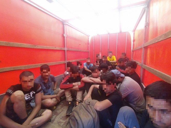 Egy nap alatt két román kisteherautót is lekapcsoltak Magyarországon, amelyekben migránsokat próbáltak Nyugatra csempészni