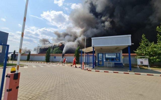 Sűrű füst lengi be Gyulafehérvárt, miután kigyulladt egy műanyagpalack-lerakat (VIDEÓ)