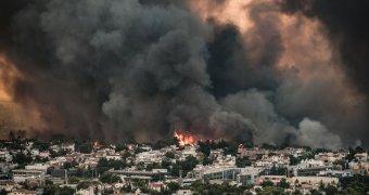 Jóformán elviselhetetlen a levegő Athénban az erdőtüzek okozta füst miatt