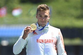 Kopasz Bálint viszi a magyar zászlót a tokiói olimpia vasárnapi záróünnepségén