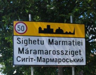 Háromnyelvű helységnévtáblával büszkélkedik Máramarossziget