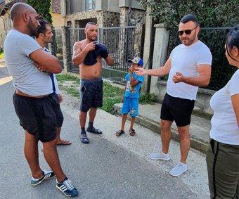 """Kiadós verés, házba csapódó figyelmeztető lövés – Tüntetnének a """"rendőri túlkapásokat"""" megelégelő szatmári romák"""