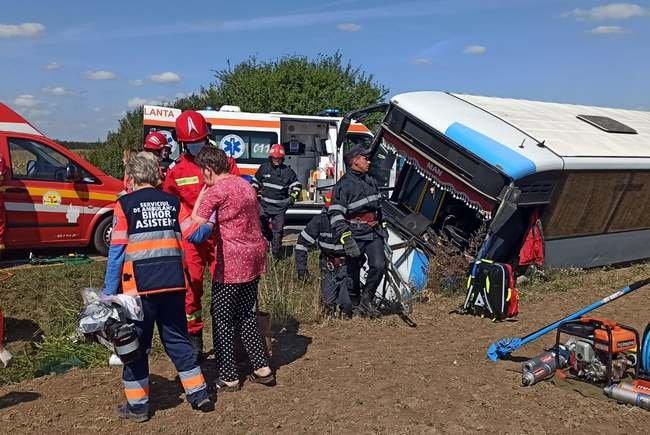 FRISSÍTVE – Árokba borult egy busz Bihar megyében, két személyt SMURD-helikopterrel szállítottak kórházba