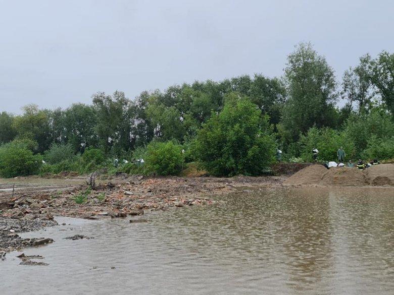 Beszakadt az árvízvédelmi töltés, csaknem 150 lakóházat elárasztott a víz Brassóban
