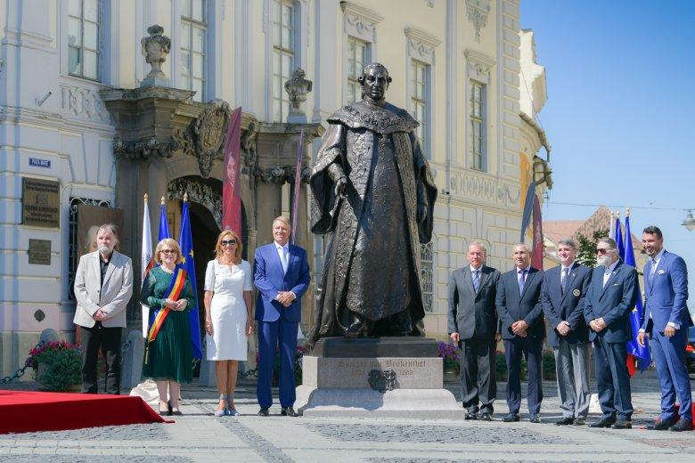 Különleges sziluett, impozáns helyen: Klaus Iohannis felavatta Deák Árpád Brukenthal-szobrát Nagyszebenben