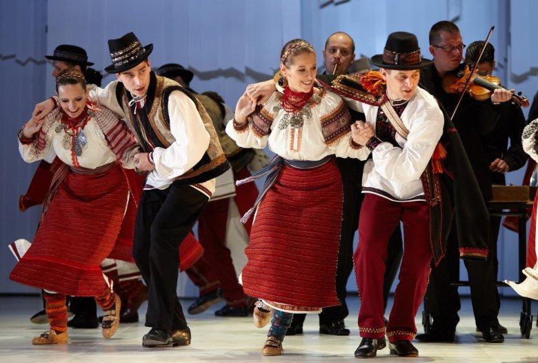 Körúton a táncos-zenei antológiák: Erdélyben is fellép a hetvenéves Magyar Állami Népi Együttes