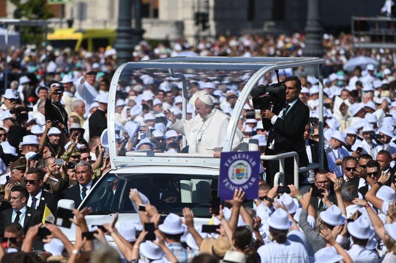 Ferenc pápa Szent István és Szent Erzsébet bátorságát és hitét emelte ki budapesti miséjén