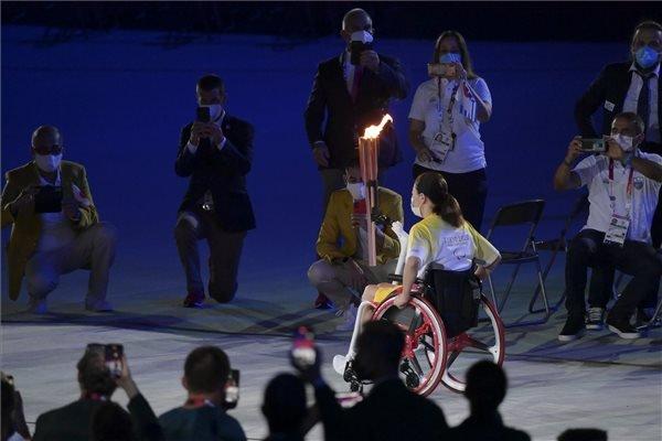 Tokióban újra fellobbant a láng: megkezdődött a 16. paralimpia