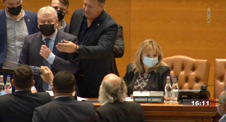"""""""Maffiózó!"""" – Eltávolították az elnöki pulpitustól a levezető elnököt a román parlamentben"""