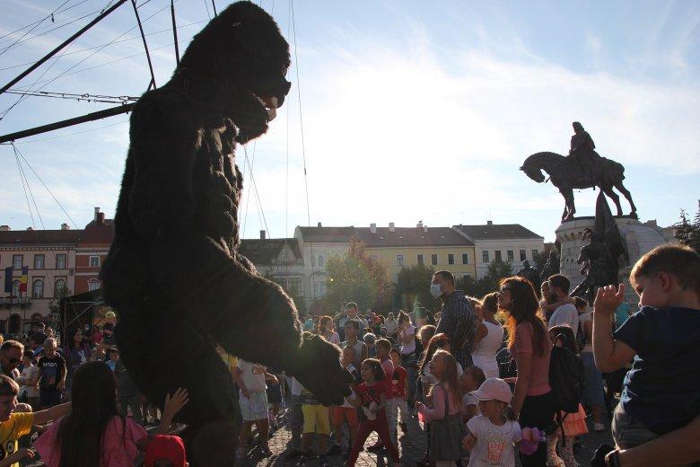 Óriásbábok és gyerekek népesítették be Kolozsvárt (képriport)