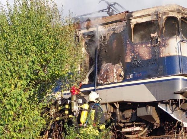 Kigyulladt egy vonat mozdonya Arad megyében, az utasok nem sérültek meg