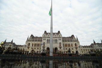 Felvonták a nemzeti lobogót az Országház előtt az államalapítás ünnepén