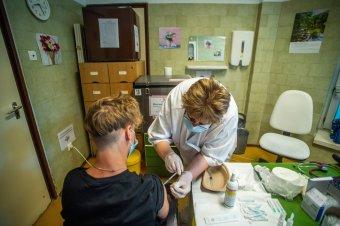 Cîmpeanu: a 12–15 évesek 5 százaléka vette fel a koronavírus elleni oltást, a 16–19 évesek körében ennél jobb az arány