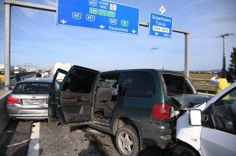Három autó ütközött az M0-son, kettőt román állampolgár vezetett, akik határsértőket szállítottak